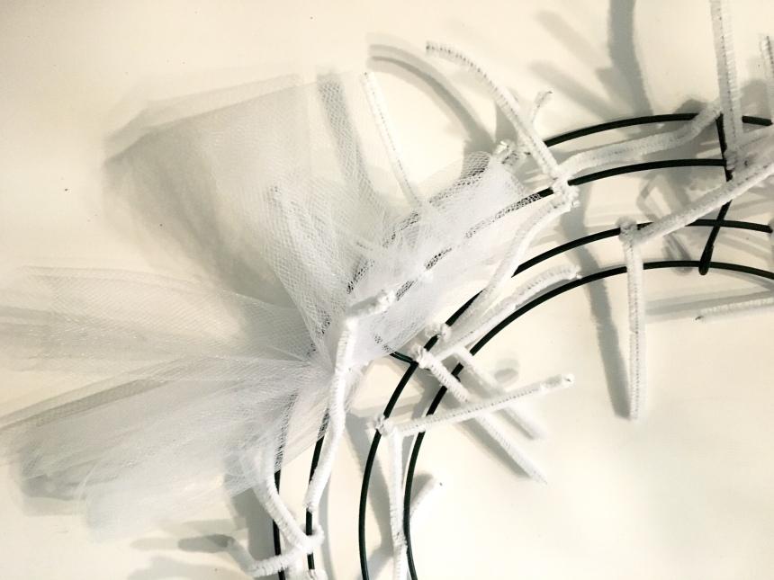 tulle deco mesh wreath, diy bridal shower gift, diy baby shower gift, diy bff gift, how to make a tulle wreath, winter tulle wreath